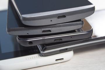 Porty mini usb w telefonach komórkowych ułożonych jeden na drugim.