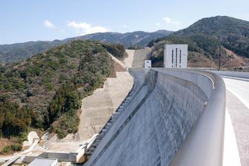 五ケ山ダムのダム壁
