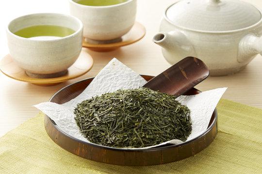 緑茶と茶葉 (green tea and leaves)