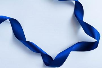 青いリボンのプレゼントのイメージ
