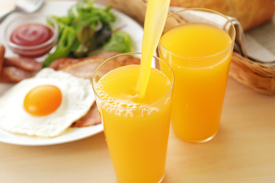 オレンジジュース 朝食イメージ Pour orange juice breakfast image