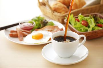コーヒー 朝食イメージ Pour coffee into the cup. Breakfast image
