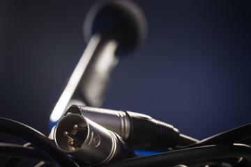 Mikrofon und ausgesteckte Kabel