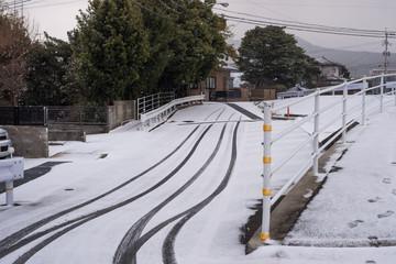 trace de pneu et de pas sur une route recouverte de neige à Fukuoka, Japon