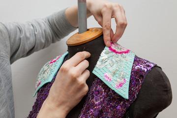 Женщина создает эксклюзивную одежду.