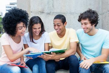 Internationale Studenten lernen auf dem Campus