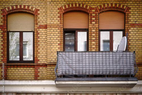 Balkon Mit Gusseisengelander Die Fassade Eines Alten Wohngebaudes