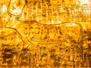 Ägyptische Schriftzeichen und Zeichnung in Gold graviert