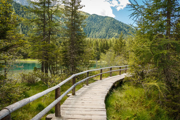 Wanderpfad am Antholzer See in Südtirol