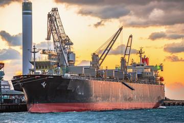 夕暮れの港に停泊するタンカー