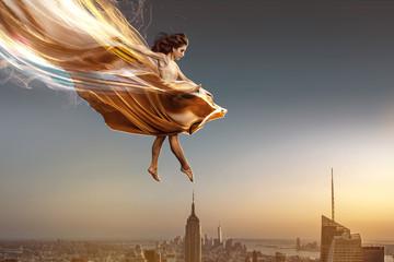 Springende Frau im Abendkleid über New York