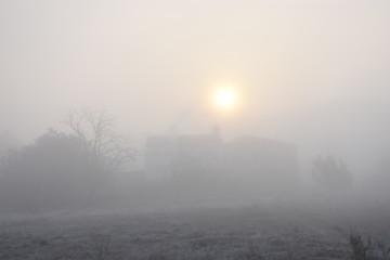 Paisaje con casa aislada, con niebla matinal, al alba, al amanecer