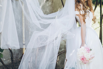 f510ec8fe7a stylish bride with peony bouquet and long veil