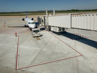 Regional jet dock with jet bridge
