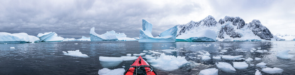 Papiers peints Antarctique Panoramic view of kayaking in the Iceberg Graveyard in Antarctica