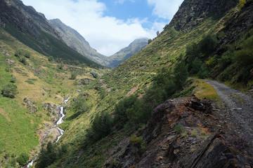 Riachuelo entre montañas en el Pirineo catalan.