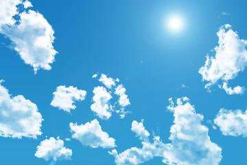 日差しが強い夏の青空と透ける白い雲