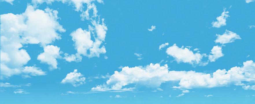 遠景まで伸びる青空と白い雲