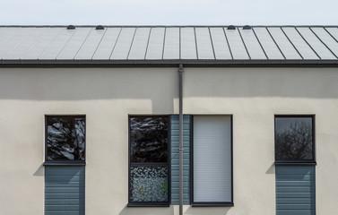 Fassade modernes Bürogebäude Wohngebäude mit Blechdach aus Titanzink - Facade of a modern office building Residential building with sheet metal roof made of titanium zinc
