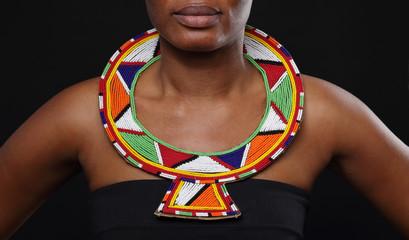jeune femme africaine portant un collier massai