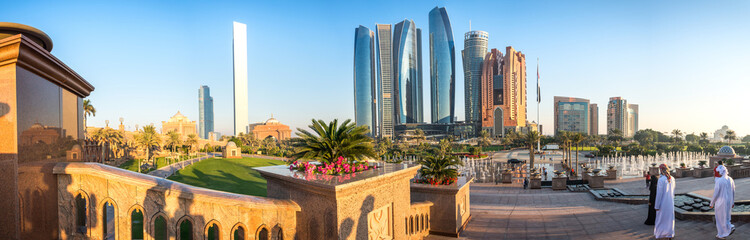 Photo sur Aluminium Abou Dabi Panoramic view of Abu Dhabi Skyline at sunset, United Arab Emirates