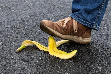 Fußgänger tritt auf eine Bananenschale