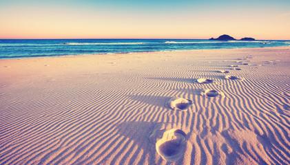 Dünen mit Fußspuren am Strand