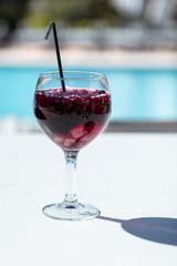 Ein Glas Sangria vor unscharfen Hintergrund