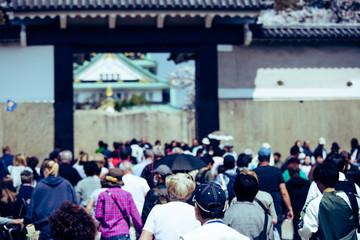 大阪城と旅行者