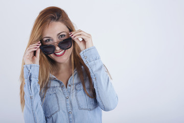 chica guapa con gafas de sol