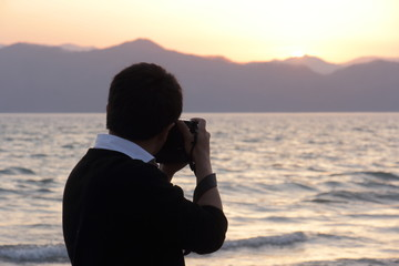 夕日を撮影するカメラマン