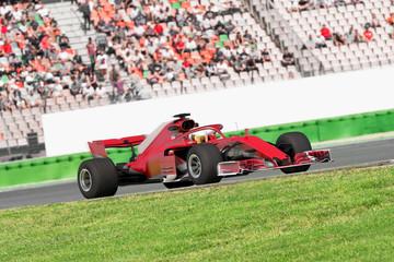 Formel Rennwagen vor Publikumstribüne