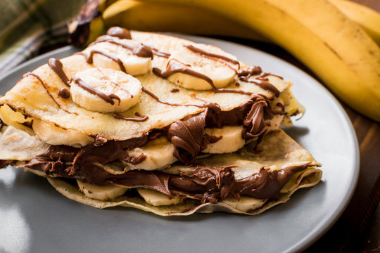 Pancakes with banana and cacao cream. Les crêpes.