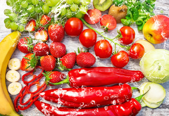 Frisches Obst und Gemüse mit Wasser