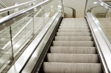 Rolltreppe und Treppenstufen