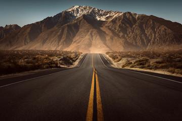 Foto auf Leinwand Gebirge Straße führt ins Gebirge