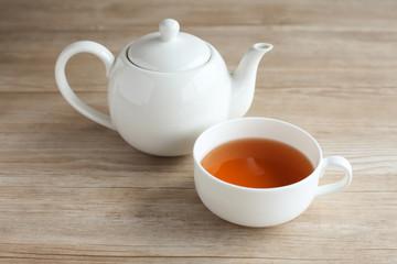 テーブルに置いた 紅茶 ティーカップ ポット