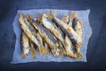 Sardinas fritas, pescado azul saludable para la comida o el aperitivo
