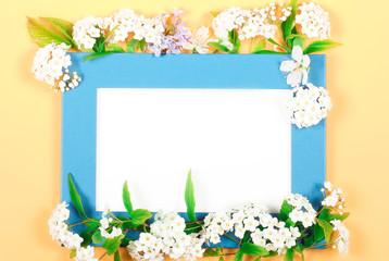 рамка яркая с цветами лежит на ярком фоне есть место для записи
