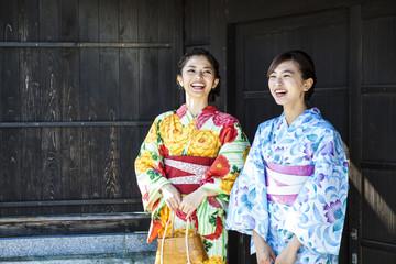 浴衣を着て笑っている美しい女性たち