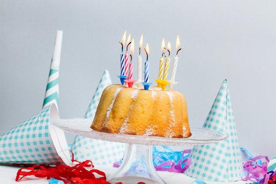 Tarta de cumpleaños con velas encendidas. Vista de frente. Concepto: Festejo