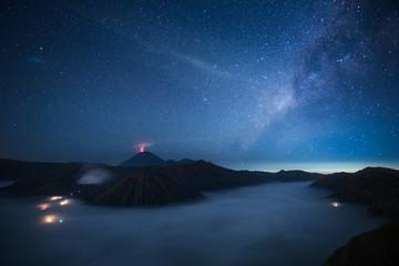 Voie lactée au-dessus du Mont Bromo, Indonésie