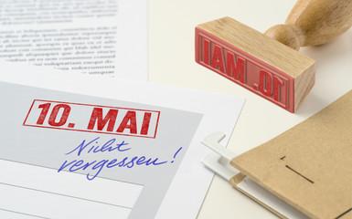 Roter Stempel auf Unterlagen - 10. Mai