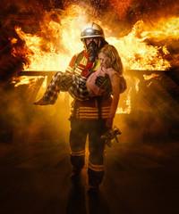 Feuerwehrmann rettet ein Kind