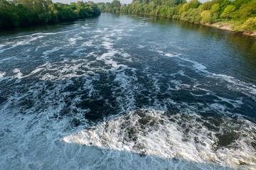 Landschaft Fluss mit Wehr