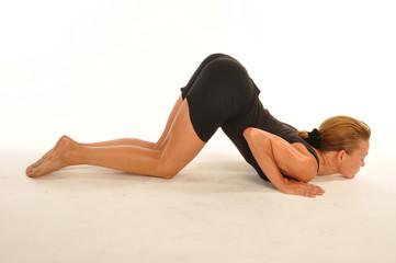 Femme pratiquant ashtanga yoga; position ashtangasana