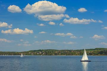Weiss-blauer Himmel über Breitbrunn am  Ammersee