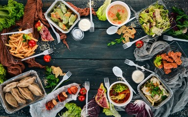 Photo sur Plexiglas Nourriture Food in lunch boxes. Delivery of food. Ukrainian cuisine. On a wooden background. Top view. Copy space.
