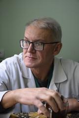 портрет напряженного украинского врача,принятие решения по диагнозу