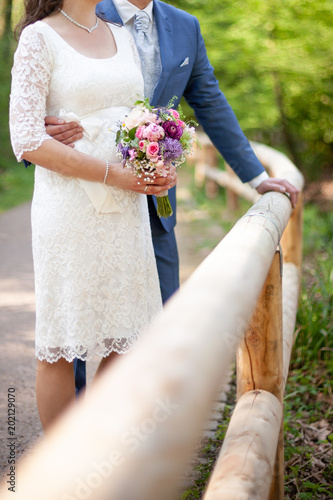 Brautpaar Ehepaar Mit Brautstrauss Ohne Kopfe Gesichter Stock